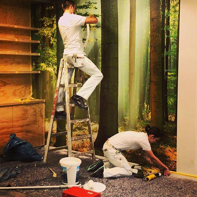 Wir bringen den Wald ins Büro! #leipzig #leipzigram #handwerk #wallpaper #wallart #design #leipzigdesign #retro #designwallpaper #interiordesign #interior