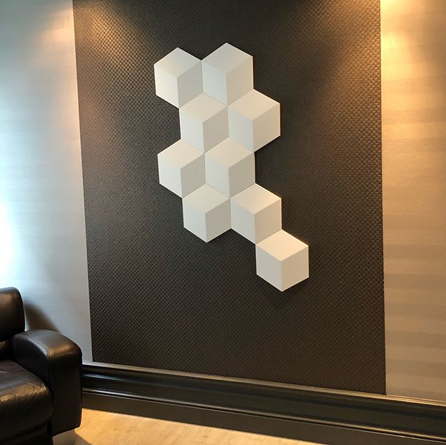 Neugestaltung Showroom Noack-Raum. 3D Wallpanel.  #handwerk #leipzig #leipzigdesign #leipziglove #leipzigram #interiordesign #interior #interiordecor #design #wallart #wallpaper #walldecoration #walldecor #walldesign #luxury #luxurydesign #oracdecor #omexco