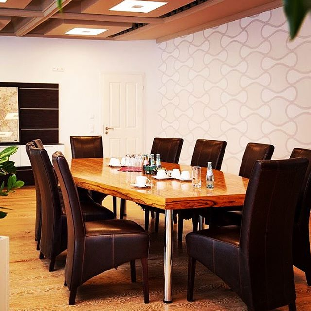 Wall Design in the Meeting Room.  #interiordesign #design #wallcovering #wallpaper #interior #leipzig #leipziglove #handwerk #leipzigliving #luxurylifestyle #luxury #luxuryhomes #wallpaper #wallcoverings #decor #designerwallpaper #raumausstattung #vintage #shabbychic #omexco #walldesign #wandgestaltung #meetingroom #decoration #walldecoration #worklifebalance