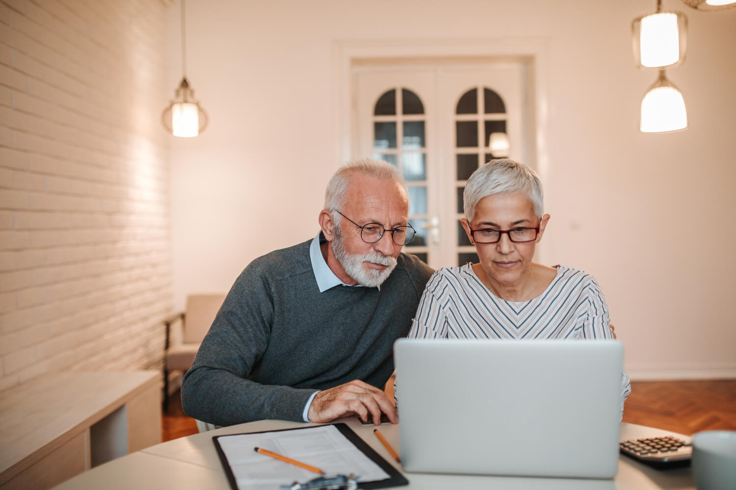 elderly couple computer - how much does it cost to move
