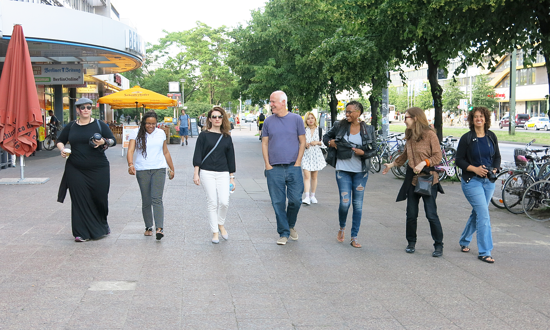 Howard Cargill leading a group of IDSVA students on a Berlin tour. Photo by Milos Zahradka Maiorana.