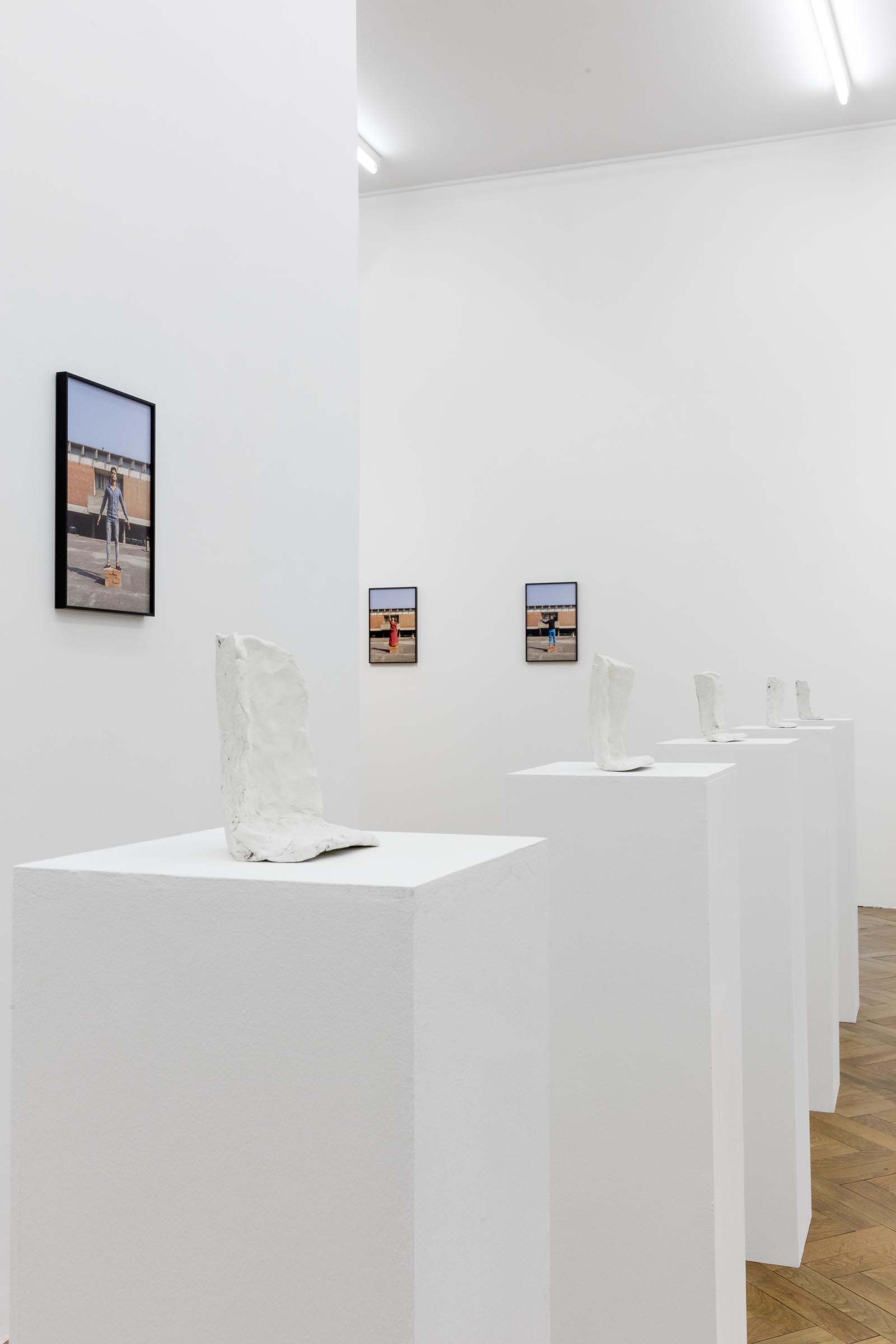 Thomas Geiger, Corners for Relief, 2019, Sculpting Clay, Filth, Plinth, Set of 5, Sculpture: 16 x 12 x 11 cm, Plinth: 105 x 27 x 27 cm