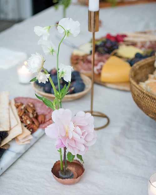 Sometimes minimal is the way to go. . . . #floraldecor #floralarrangement #flowerseveryday #centerpieces #flowers #roses #celebrate #whoshungry #charcuterie #weddingreception #feelslikefall #laflorist #imaflorist