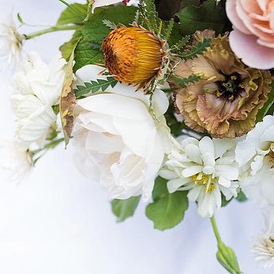 Oh hello there. . . . pc: @jessicasterlingphoto .  #centerpieces #floraldecor #floralarrangement #wedding #weddingflowers #lisianthus #neutralpalette #flowers #weddingreception #zinnias #imaflorist #ilovemyjob #laflorist #losangeles #losangelesflorist #californiaflorist