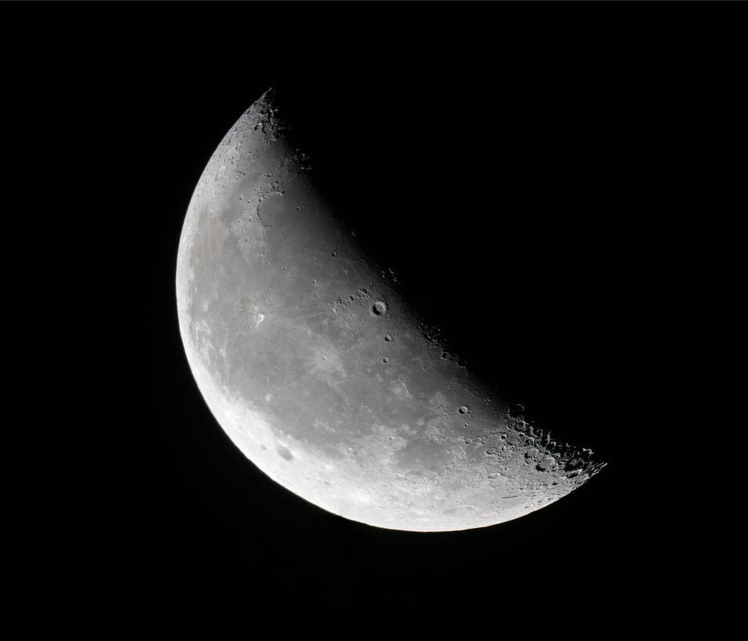 1050px-2011-11-19-Waning_crescent_moon.jpg