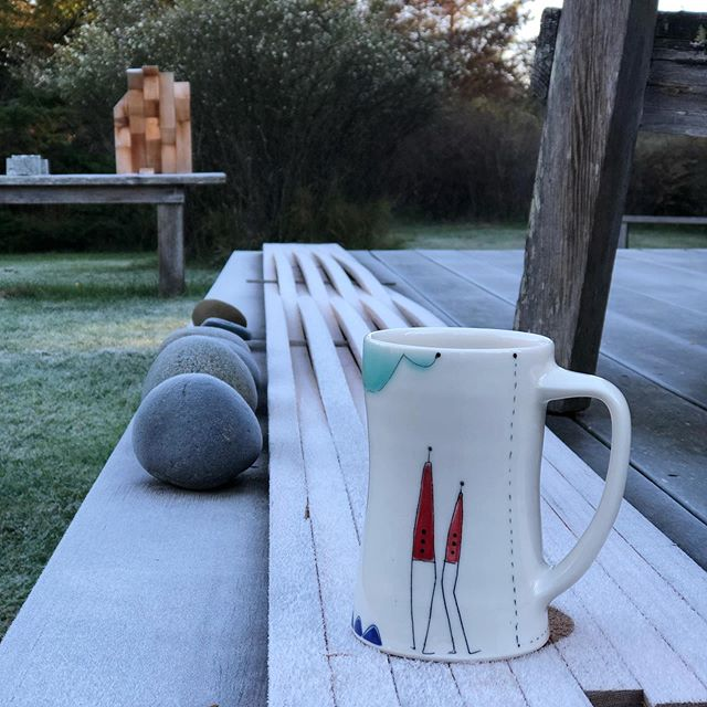 First frosty morning here in the island and I can't resist a good photo op with my Doodle Mug and @joecooperdesign sculpture ❄️