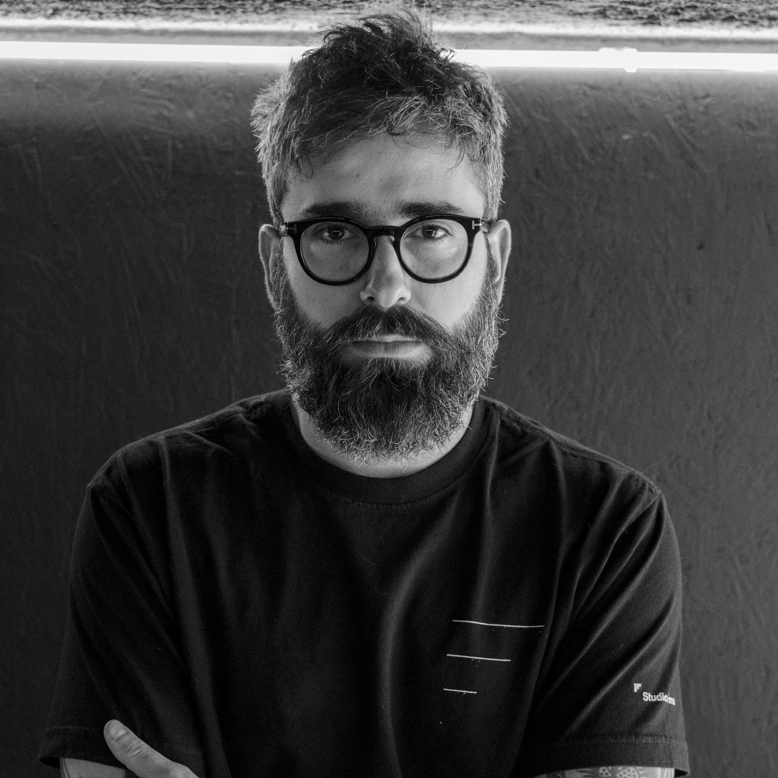 """Jonny Madruga   @jonnymadruga , sócio fundador e head de criação.  Publicitário, trabalha com moda há mais de 15 anos e é uma das mentes brilhantes por trás dos projetos que a gente mostra por aqui. Também conhecido por aqui como """"Ticolô"""", torcedor fanático do SPFC. Apesar de toda a cerveja no Bar do Biro ele é triatleta e vai fazer seu primeiro Ironman no final desse ano!"""