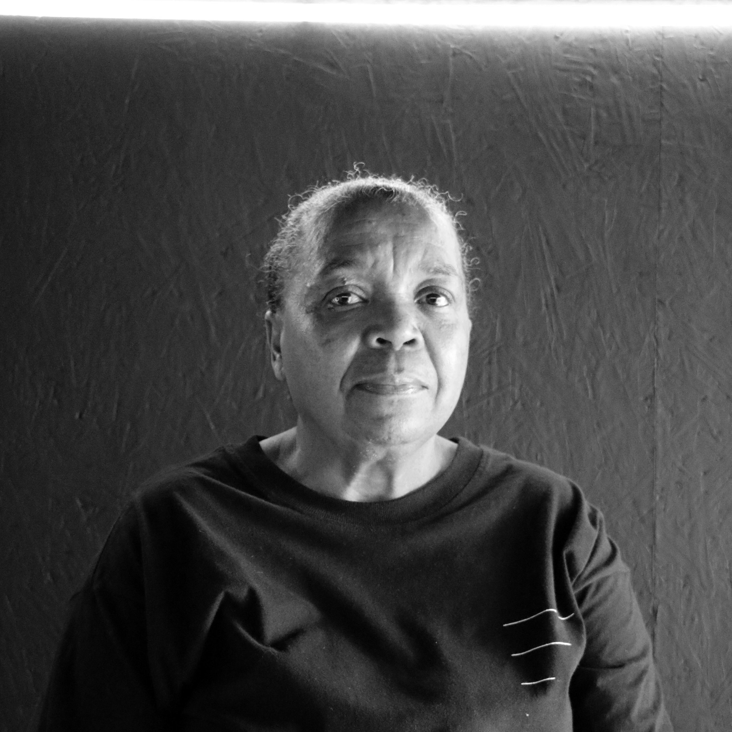 """Rita  Rita, mais conhecida como RITOLINA por aqui, é a nossa colaboradora.  É ela quem dá uma geral na limpeza, organiza tudo depois da nossa bagunça nas festas e faz litros de café todos os dias. Além de tudo, se intitula como a """"avó"""" das nossas carpas (carpas mesmo!). Amamos muito essa mulher maravilhosa :)"""