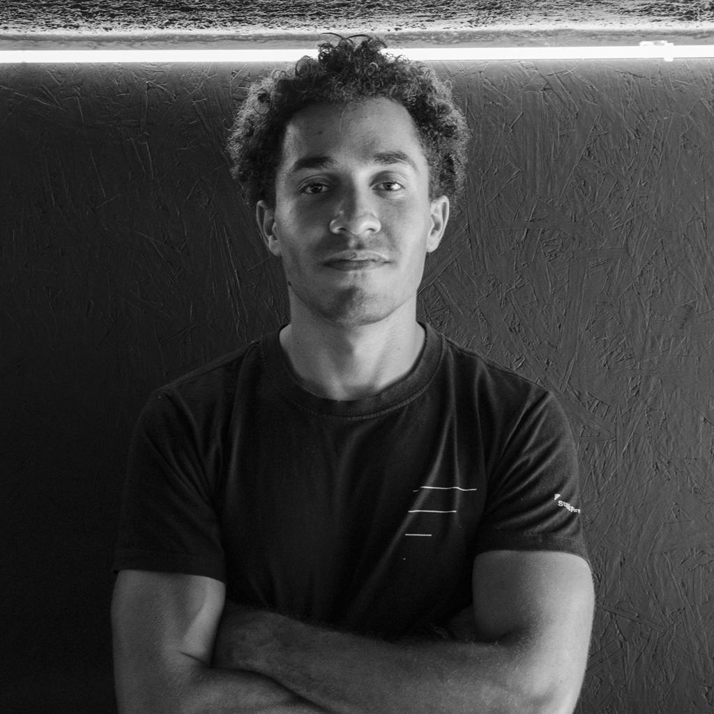 Bruno Figueiroa   @_brunofigueiroa , arquiteto e urbanista.  Anteriormente projetista de eventos, é agora parte do nosso time de 3D.  Músico amador e atleta por lazer, o Brunão é a paz em pessoa! Discreto, mas sempre disposto a ajudar as pessoas que o rodeiam, tem um coração enorme!