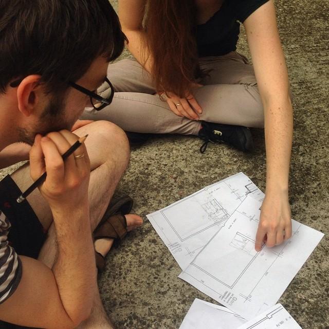 Brüten über dem Grundriss. Wären da nicht die Probleme mit den Anschlüssen, wäre alles schön einfach. Aber das wäre ja langweilig. Trying to figure out where to build what in our new #coworking #community . 🏢#team #actionhouse #heidelberg
