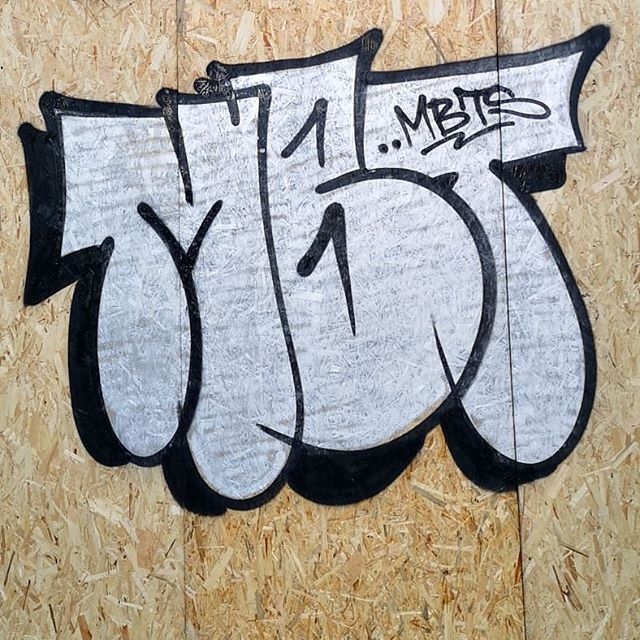 Few bits from Notting Hill carnival . . . #graffiti #graffs #spraycans #writing #sprayart #throwups #chrome #londongraffiti #nottinghillcarnival #graffphotography #graffitiart #graffitiporn #travis #mbts #modernbrutality #londonstreets