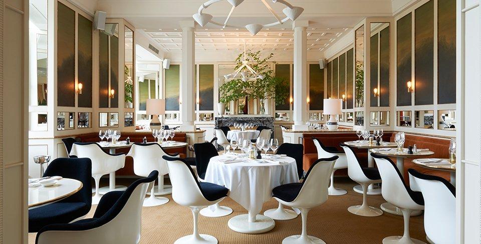 Gestoffeerde Tulip stoelen ontworpen door Eero Saarinen in restaurant Lou-Lou in Parijs