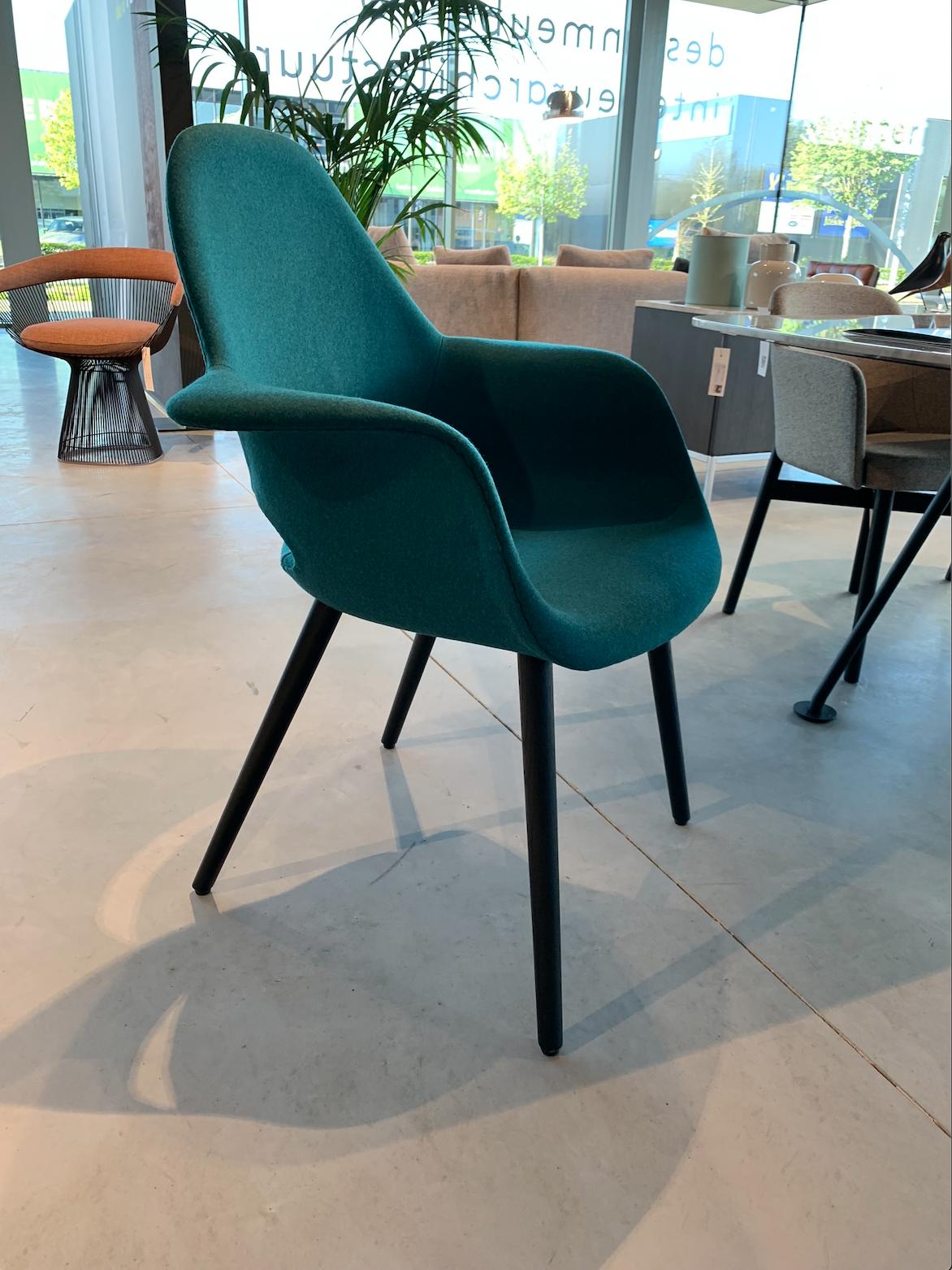 Organic Chair Vitra Hasselt Loncin interieur en design meubelwinkel vitra verdeler dealer Eames Saarinen.png