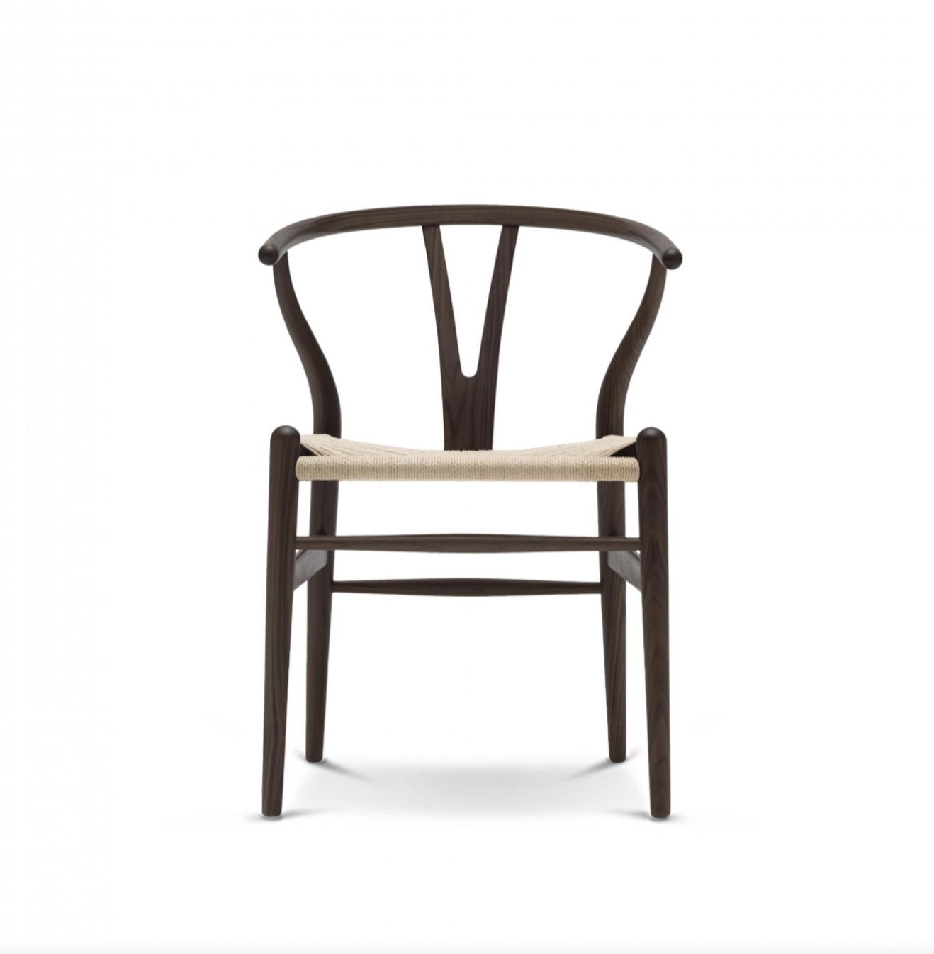 Carl Hansen CH 24 wishbone chair stoel bij design meubelwinkel Loncin in Hasselt, Leuven en Zoutleeuw Sint-Truiden.  Niet ver van Mechelen, Wavre Liege Namur  maastricht Brussels Bruxelles Antwerpen.png