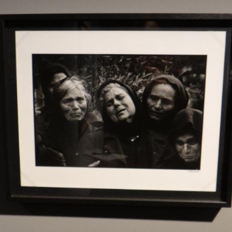 Frauen am Grab by Constantine Manos