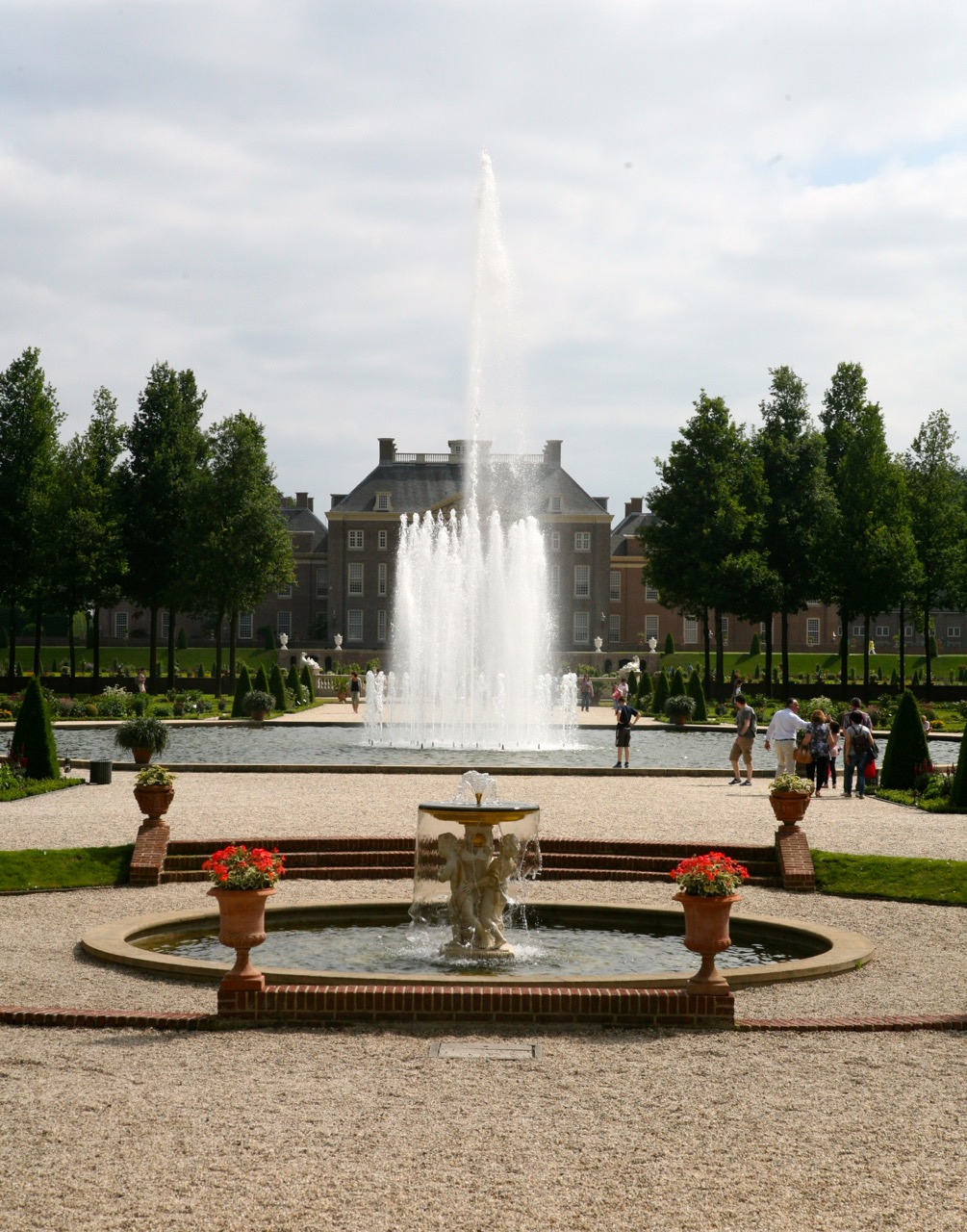 """""""The Koningssprong [King's Leap fountain] was, with its 13 meters, the highest spouting fountain in Europe."""" (source: Het Loo website)"""