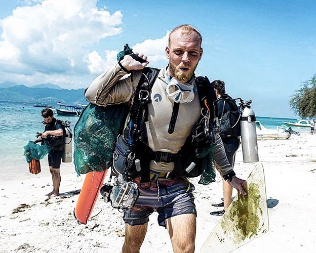 Throwback to our awesome manager @scubastevewillard doing his bit to help keep our oceans clean💧♻️🌏 Tomorrow is World Oceans Day, so we're getting ready to do it all again 🤙🏻 Who's joining us at 9 am for a Dive Against Debris clean-up dive on our house reef? 📍 Biorocks  #worldoceansday #diveagainstdebris #makeeverydivecount #projectaware #giliecotrust #padi #paditv #ladsthatscuba #oceanconservation #worldoceanday #divecentralgili #everydiveisafundive #travelbali #gilitravel #gilitraveller #scubadivingaddicts #gilitrawangan #giliislands #gilimeno #diveindonesia  #scubaworld #divemag #divinglife #oceanholiclife #uniladadventure
