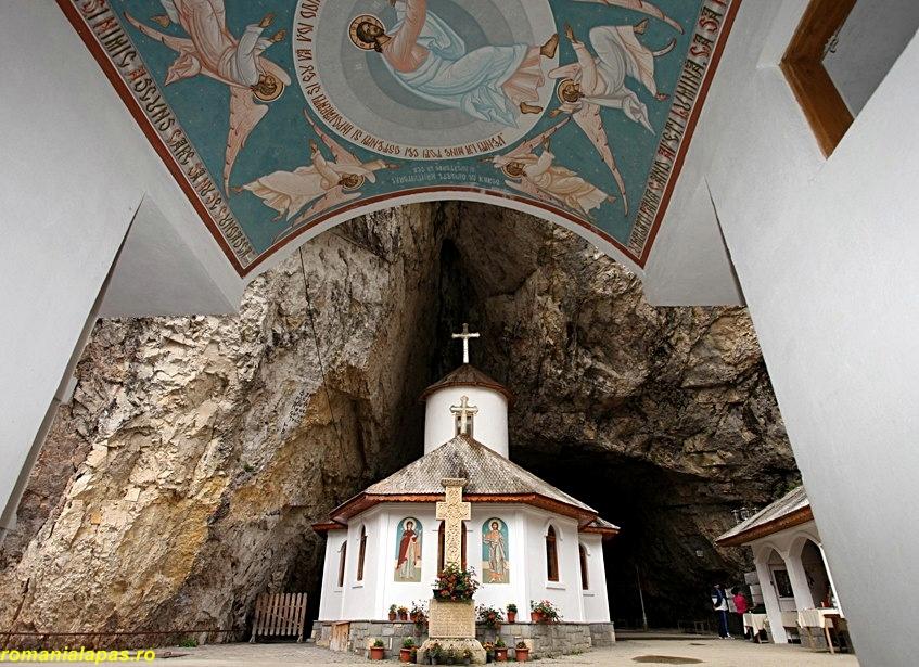Manastirea din Pestera Ialomitei.jpg