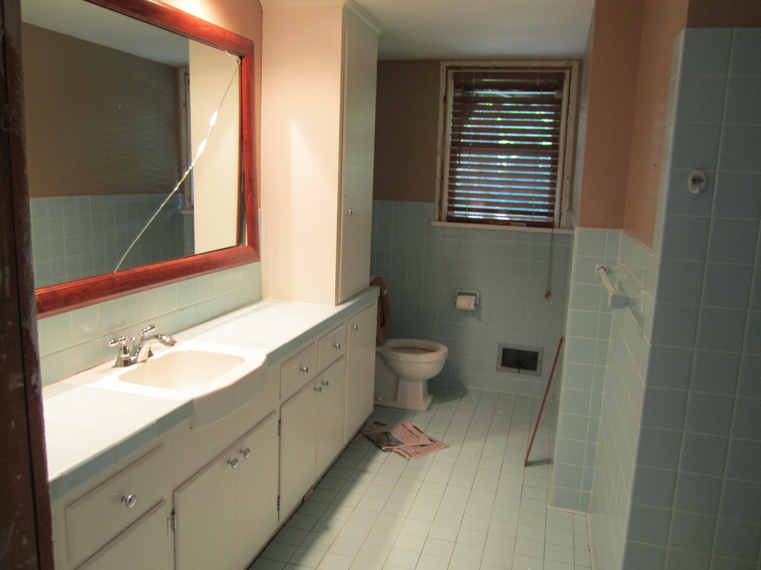 6820Oaklawnbathroom-before.JPG