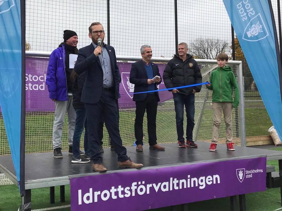 Hösten 2017 när jag inviger konstgräset på Vällingby BP ihop med Kadir Kasirga (S) och BP:s klubbdirektör Henrik Nilsson