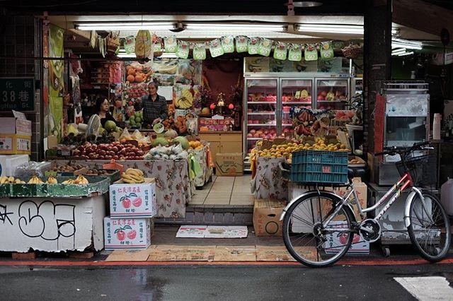 Fruit shop, Taipei.  #brnostore #balens #brno #customwhitebalance #balenscap #fujifilm #fujixt1 #fruit #streetscene #taipei #taiwan