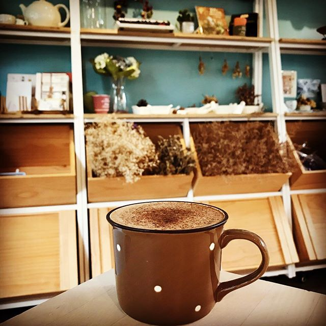 🍁❄️秋冬限定❄️🍁 天涼了🍂 來杯暖暖熱可可🍫  使用來自法國可可巴芮巧克力!🇫🇷 你知道嗎?巧克力跟咖啡豆一樣也會因為產地不同而風味不同,這個秋冬FORRO為跟我們一樣熱愛巧克力的你們準備了幾款不同產地的巧克力,歡迎來品嚐世界各地巧克力醇香濃。☕️ 我們的熱可可是從真正的巧克力加牛奶製作的🥛,天然單純就能喝到巧克力的不同滋味嚕。不是粉末包去沖泡熱水喔~(添加物太多了🤕) #ForroCafe #台中咖啡店 #巧克力 #巧克力牛奶 #熱可可 #chocolate #hotchocolate #chocolatemilk #taichungcafe  #チョコ #チョコレート #チョコレートミルク #台中カフェ