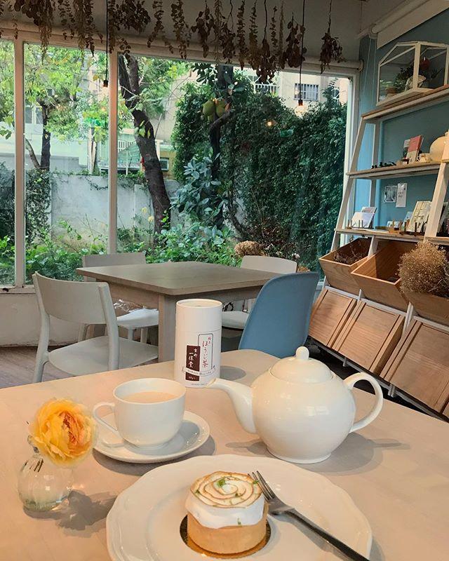 台中難得的下雨天☔️ 京都一保堂焙茶奶茶。 冷冷天氣只想喝一壺暖暖的香甜。 使用日本三溫糖讓甜與香氣更溫潤。 (對糖的堅持絕不能退讓!🖐🏻) 滴答滴答的聲響,把一切都洗淨 心也沉靜了💙  #ForroCafe #奶茶專門屋 #台中咖啡店 #台中 #咖啡店 #TaichungCafe #taichung #Taiwan #台中カフェ #ミルクティー #台湾 #台湾カフェ #京都一保堂焙茶奶茶 #京都一保堂極上ほうじ茶  #奶茶我專門