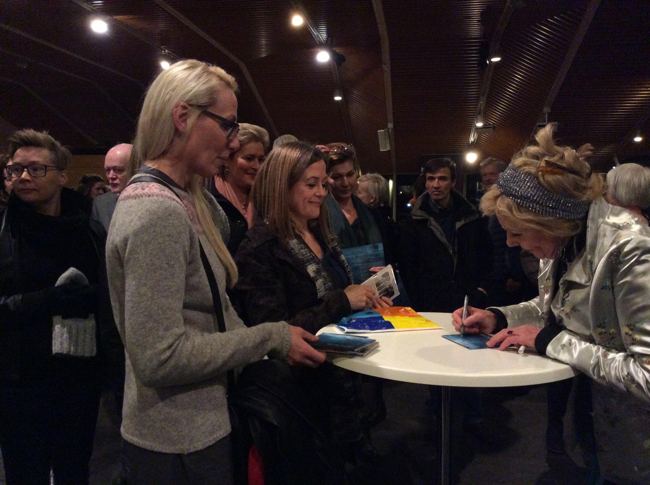 Annika Hoydal signerar fløgur í Norðurlandahúsinum