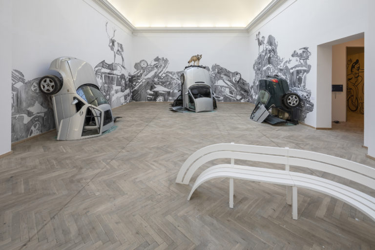 'Big Art', Jeppe Hein, 'Modified Social Bench' (2012), Victor Ash 'Car Mountains' (2018). Installationview, Kunsthal Charlottenborg, 2018. Photo by Anders Sune Berg.