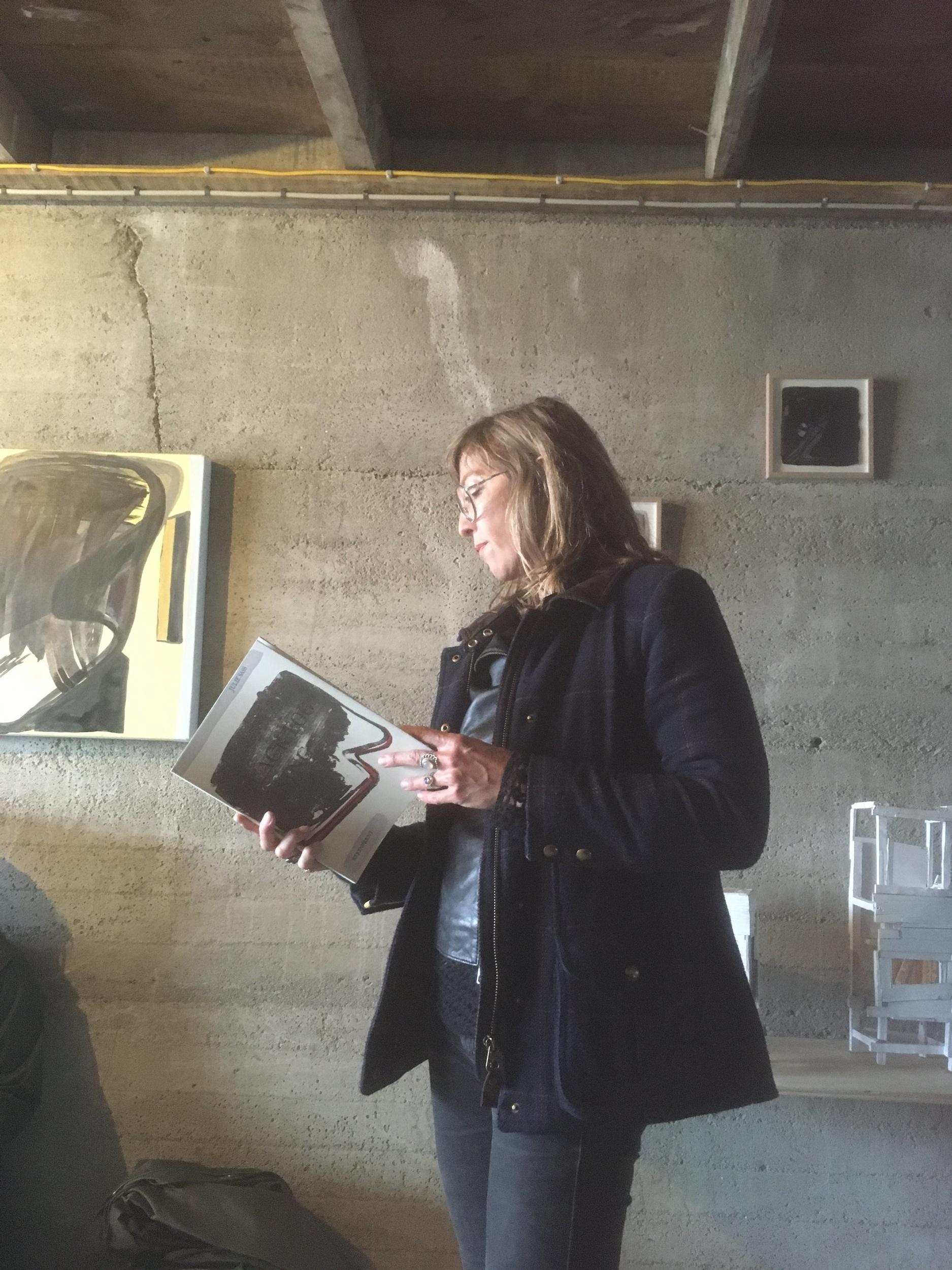 Julie Sass lesur upp úr listafólkabók síni Black Fog Rising