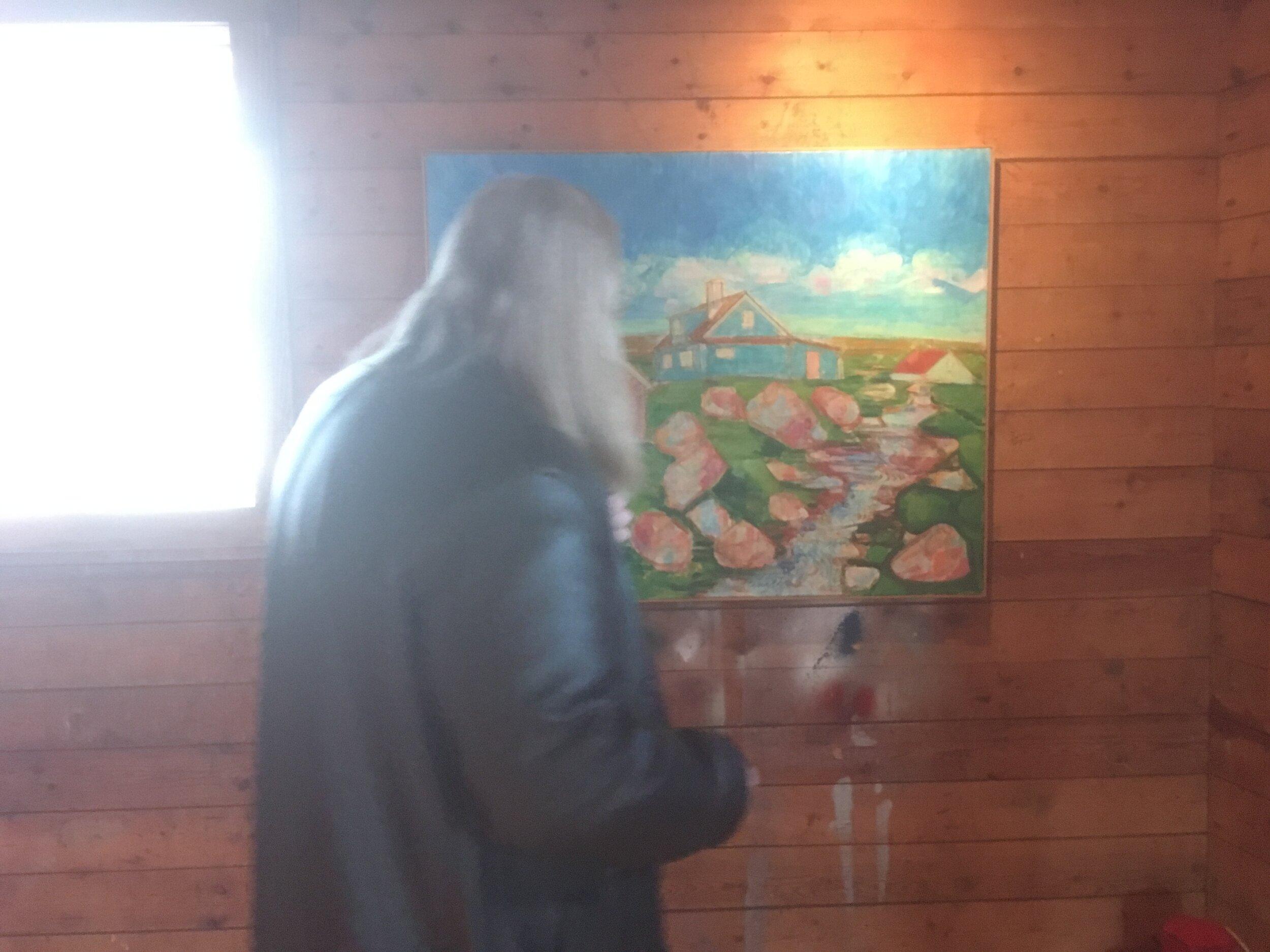 Ein koloristur skoðar koloristiskan málning