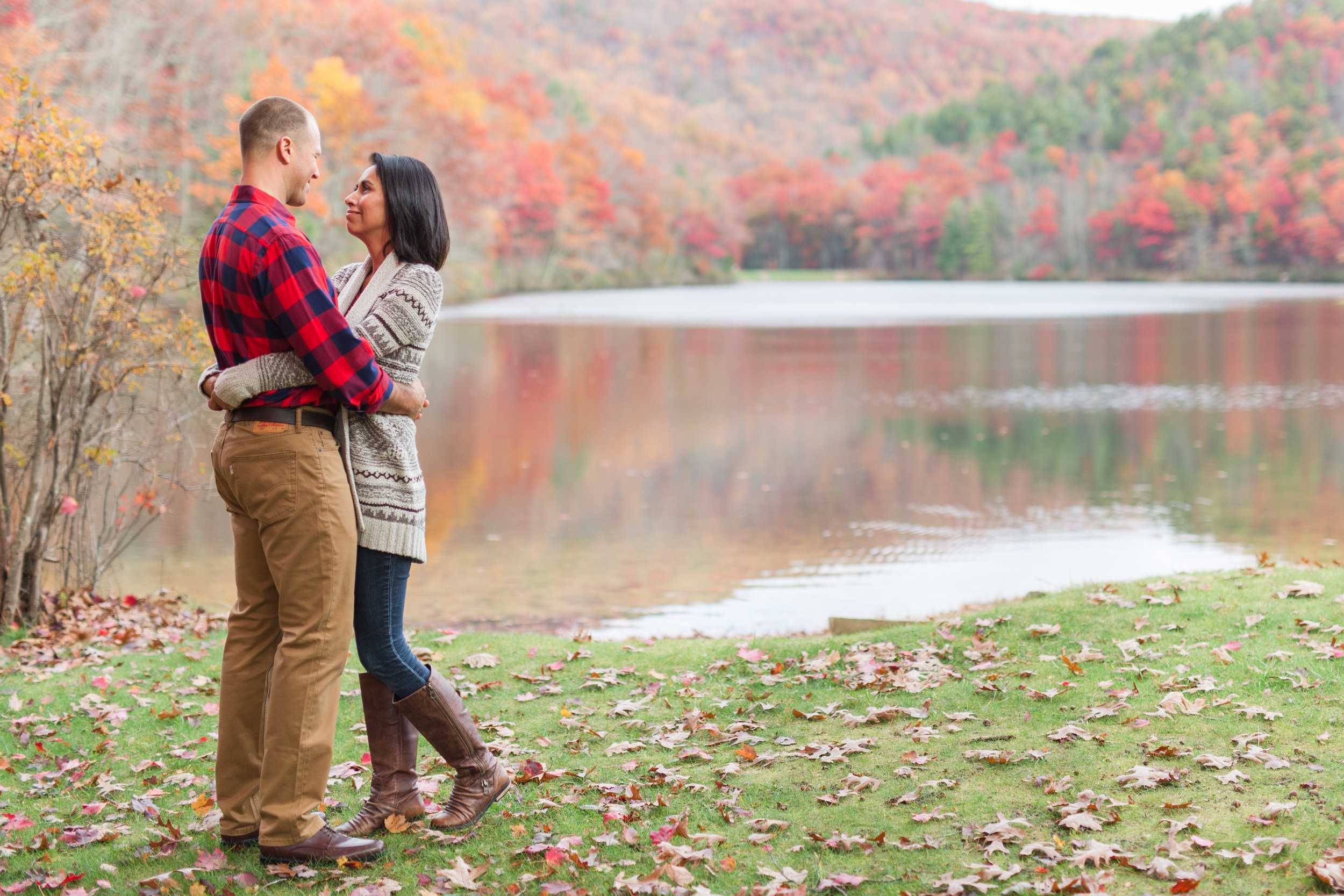 Fall engagement session atlake sherando in central virginia || Lynchburg Wedding and Engagement Photographer || www.ashleyeiban.com