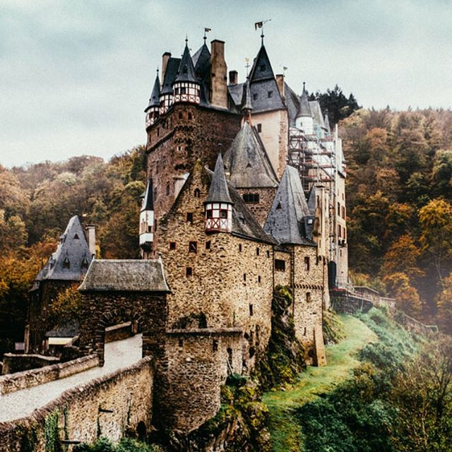 Eltz Castle (Burg Eltz 🇩🇪) a medival castle nestled in the hills above the Moselle River in Germany. Worth to take the wanderway up to this beauty and take a shot!  #nikon #fabiandesalvophotography #dslr #dx #12thcentury #medival #landscape #wanderlust #wander #foggy #eifel #outside #outsiderart #notootd #photography #photoart #photographylovers