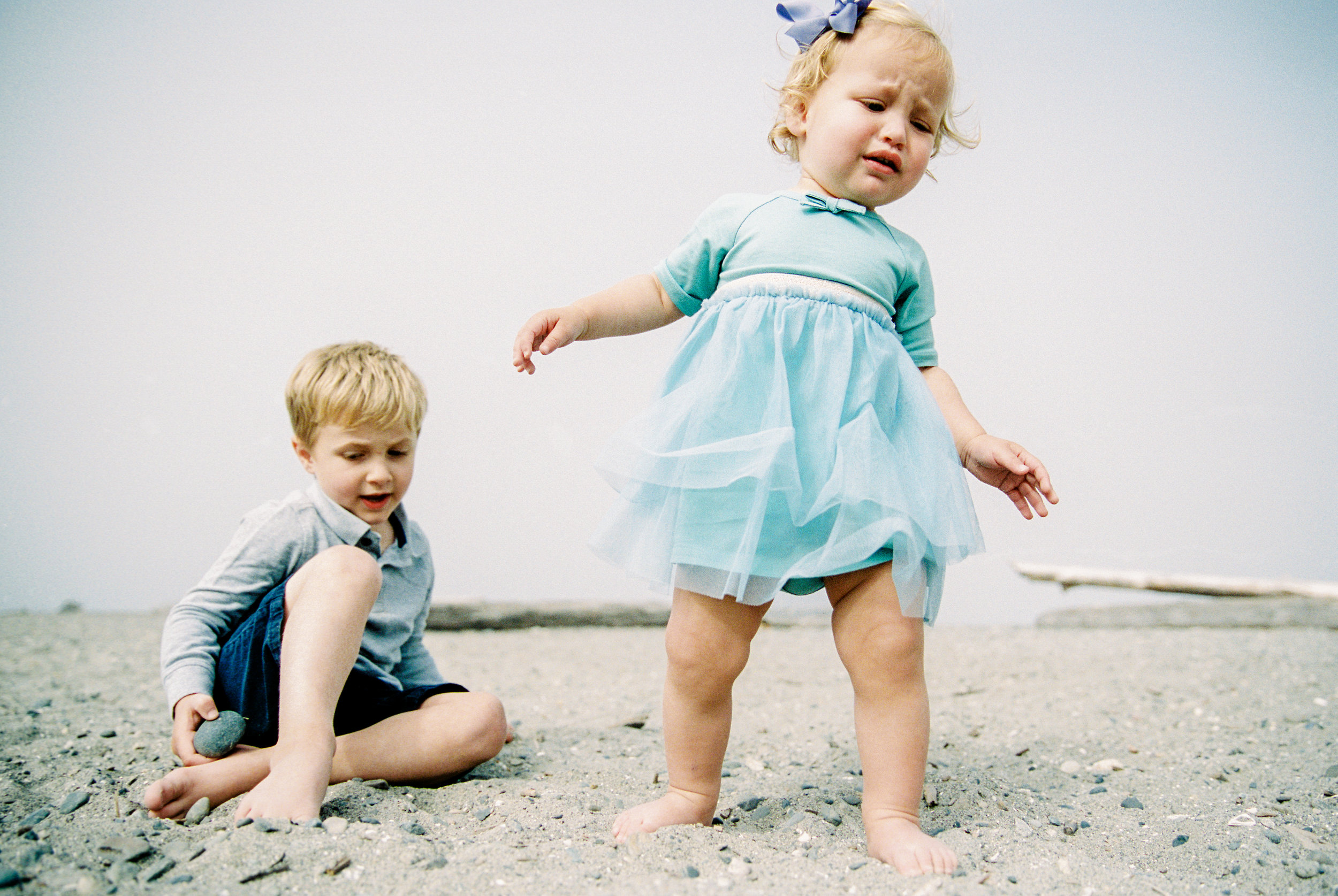 seattle family photographer photography photo film kids children baby newborn carkeek park ocean pudget sound little kids children father son mother daughter sister brother siblings fog