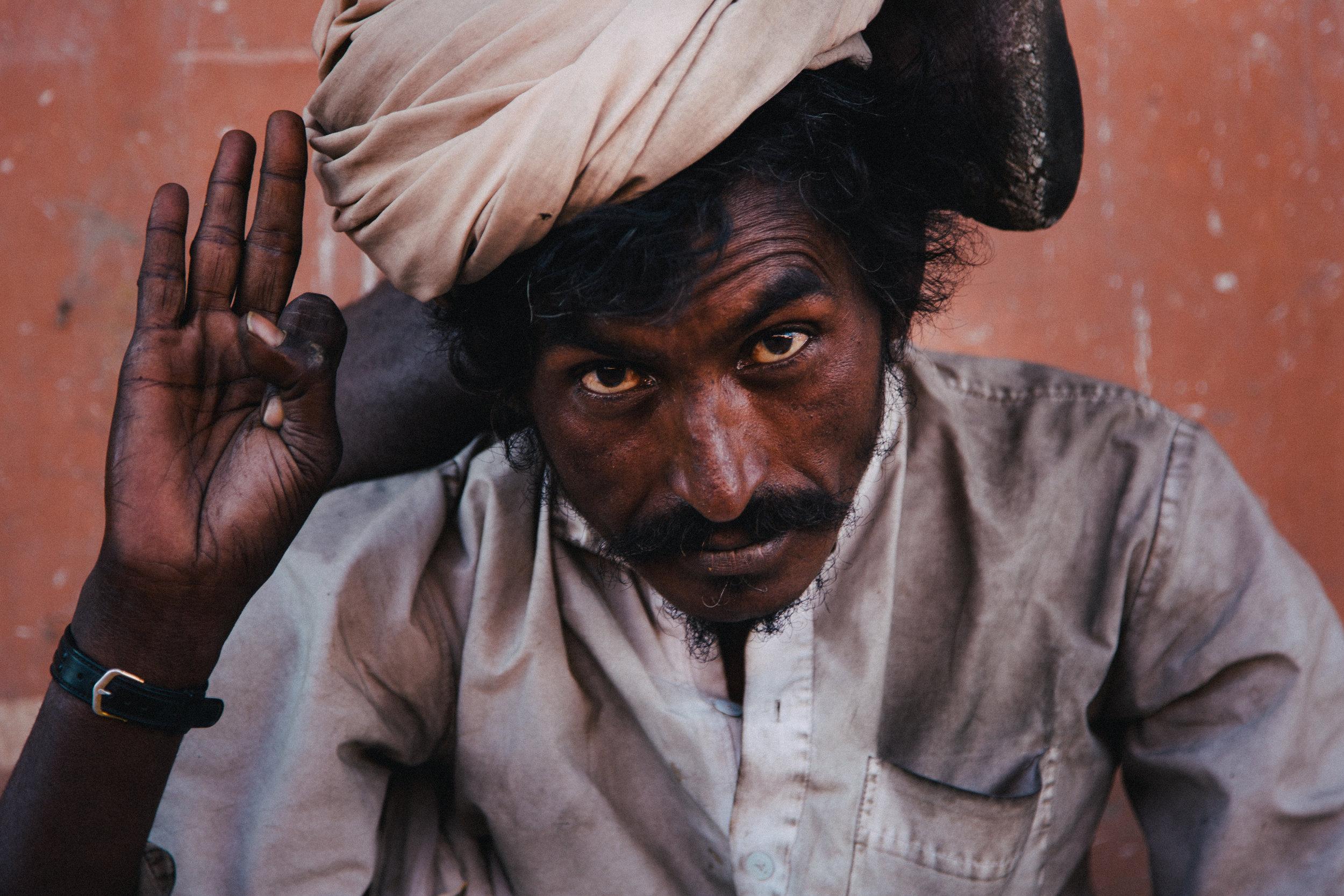 Un mendiant dans la ville de Jaipur dans la province du Rajasthan.
