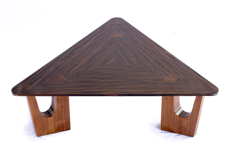 Entre Eixos - Eduardo Borém assina a Mesa Lúcio triangular, parte de uma linha de móveis inspirados em Brasília lançada pelo coletivo de designers Entre Eixos,em fevereiro de 2015.
