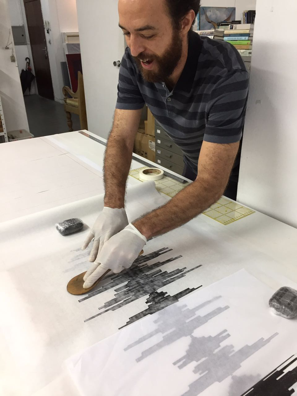 Eduardo Borém imprimindo a xilogravura
