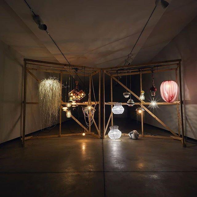 Estou nesta edição da @feiranarosenbaum com a #luminariaBitoca participando da INSTALAÇÃO (RE)LUZ! ✨ na Feira da @designweekendsp, a instalação é resultado da cocriação de um time de 12 designers convidados por nossa curadora Cris Rosenbaum (@crisrosenbaum). . Reutilizando descartes de seus próprios trabalhos, os criativos desenvolveram uma coleção de luminárias que juntas compõem a instalação na entrada do Anexo da Galeria Millan, reforçando o conceito dessa edição de aguçar e ressignificar nosso olhar para os resíduos que produzimos. . Instalação (RE)LUZ! Design Weekend 2019 Curadora: Cris Miranda Rosenbaum  Fotografia: Loiro Cunha (@loirocunha) Direção de Arte: Fabiana Zanin (@zanin_fabi) Texto de Apresentação: Winnie Bastian, jornalista e editora do @designdobom . Artistas participantes: Paola Muller @lolamuller Evelyn Tannus @evelyntannus Ana Penso Brand @anapensobrand Greghi Design @greghidesign Eduardo Christino @eduardo_christino Montageart @montageart Áurea Sacilotto @aureasacilotto_joias Form Objetos @formobjetos Estúdio Ita @estudioita Krav Design @krav.design Estúdio Yby @estudioyby O Designer Artesão @odesignerartesao Projeto Garagem ( @projeto_garagem ) por Eduardo Borém @eduardoborem . . De 18 a 25 de agosto No Anexo da Galeria Millan R. Fradique Coutinho, 1416 - Pinheiros, São Paulo - SP Das 11h às 21hs Vallet no local . Marcas que fazem a Feira com a gente: @stellaartoisbrasil @alltakadesivos @santafefeltros @saboariabrasil @schizzibooks @yvybrasil @tidellisp . #FeiranaRosenbaum #DesignWeekendSP #DesigncomProposito #GaleriaMillan #eduardoborem #luminariabitoca #projetogaragem #eleganciahumorpoesia