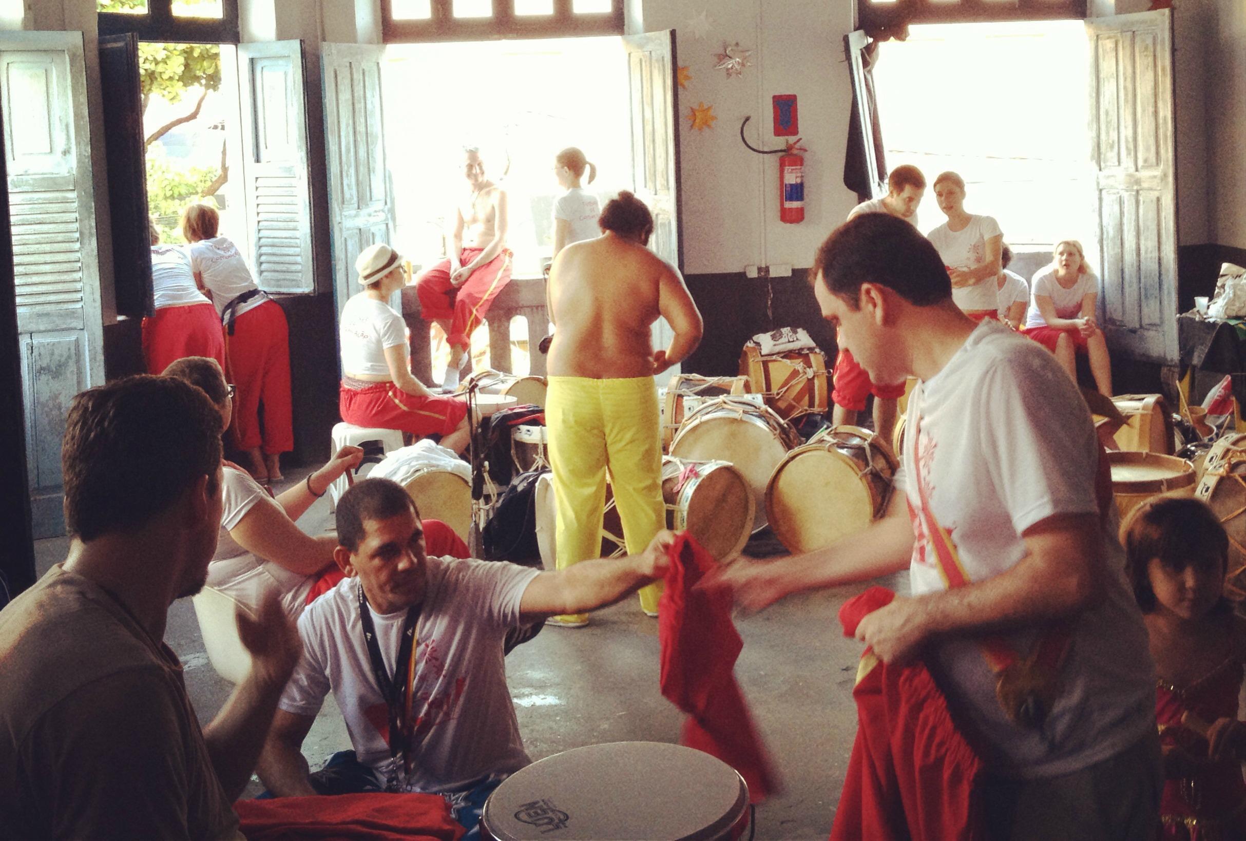 El Bloco Tambores da Comunicaçao de la comunidad El Pilar se prepara para salir a las calles de Recife Antiguo. Foto: Miosoti Alvarado