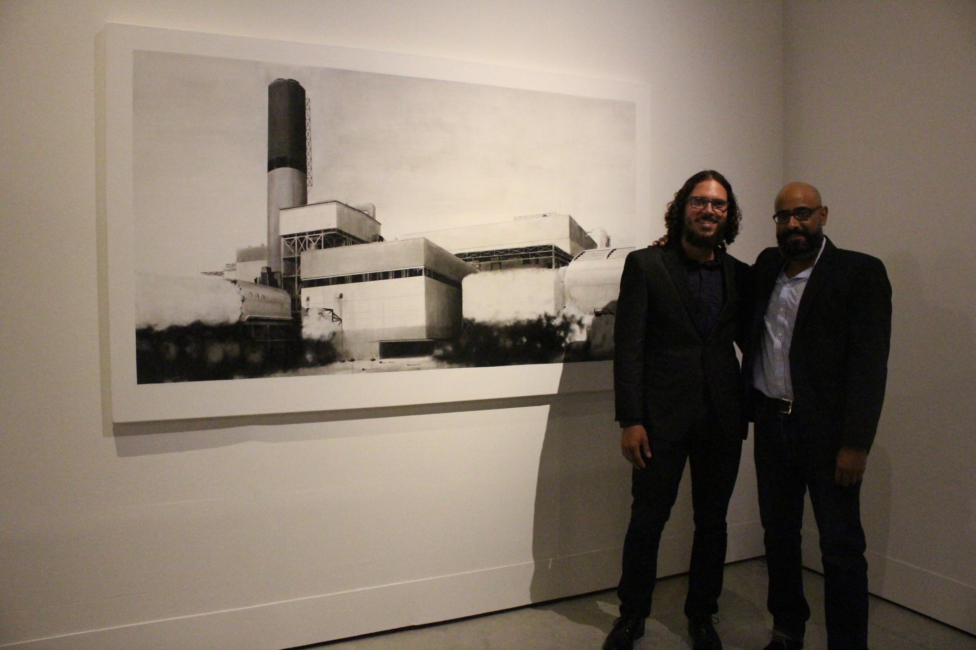 El coleccionista Antonio Luis Castro Barreto junto al artista Gamaliel Rodríguez, autor de la pieza.