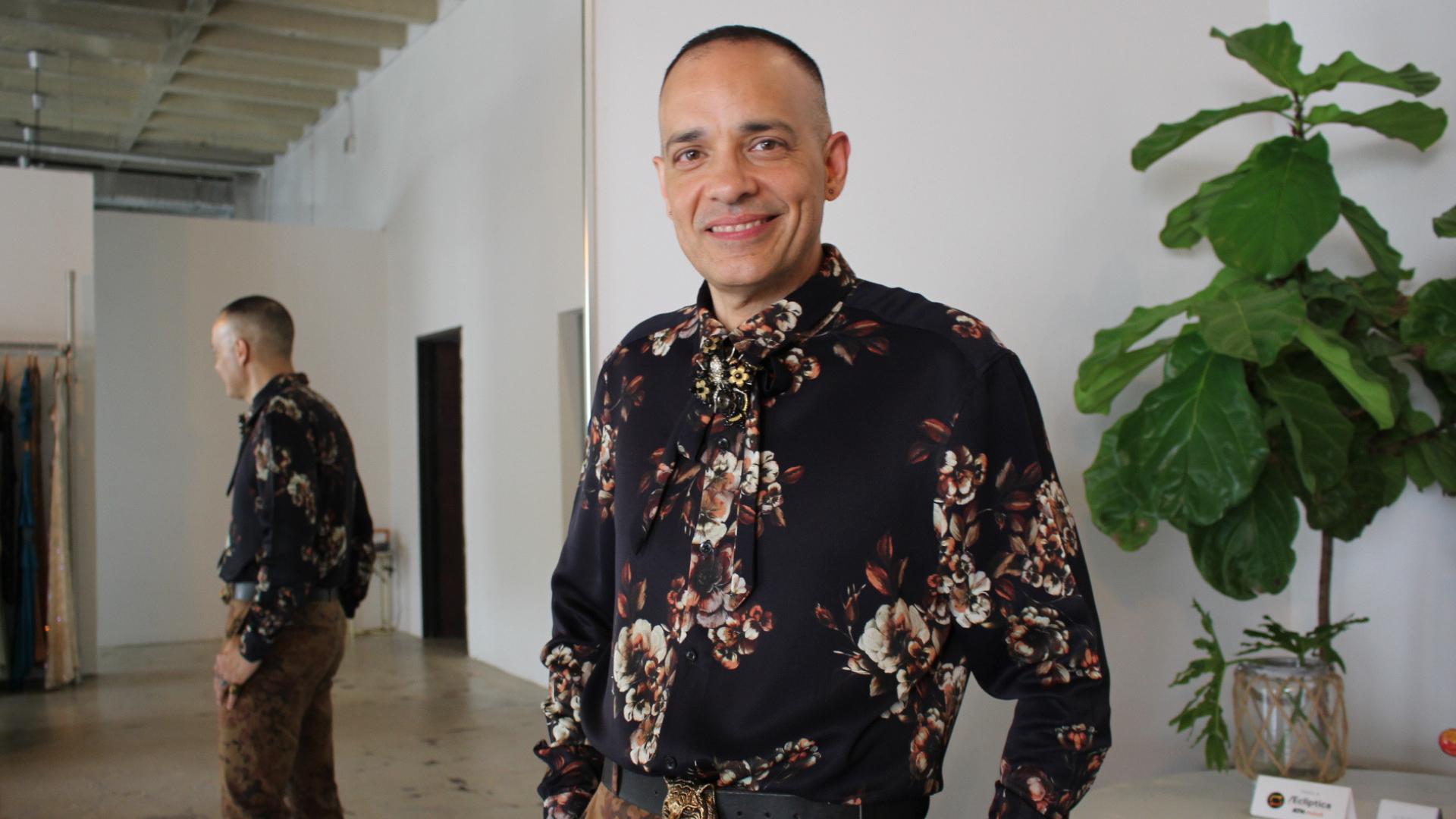 Camisa y pantalón: Diseñador José Raúl, zapatos y accesorios: Gucci.