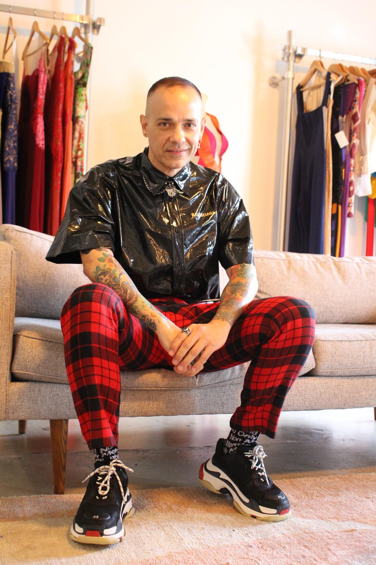 Camisa: Balenciaga, pantalón: Gucci, collar: Alexander McQueen, Calzado: Balenciaga, Sortija: Vintage, Pantalla: Dior.