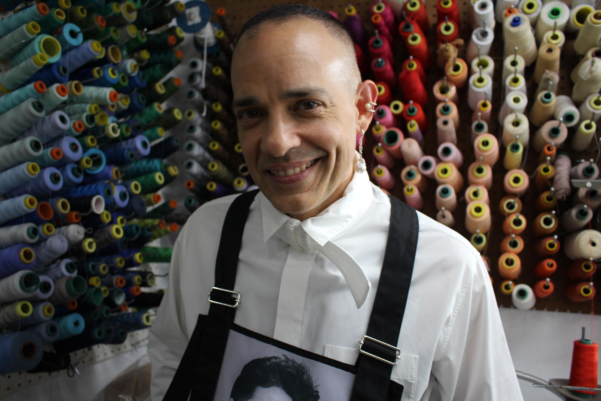 Camisa: Craig Green, mameluco: Raf Simons, pantalón: Dior, accesorios: Alberto Torres.