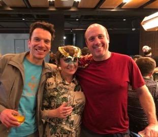 Emil, Berglind con su máscara dorada (creadas por James Merry) y Peter en la barra del Shed