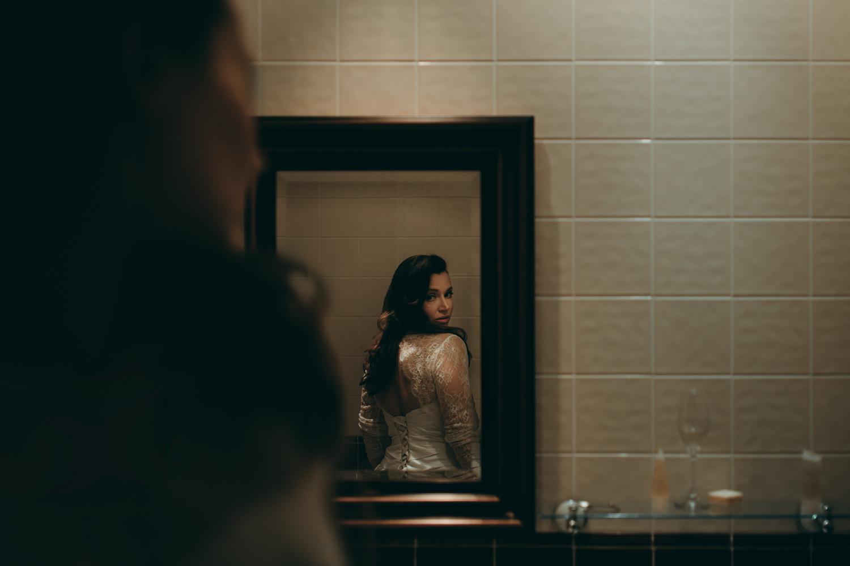 bruidsfotografie amsterdam aberdeen  bride in the mirror