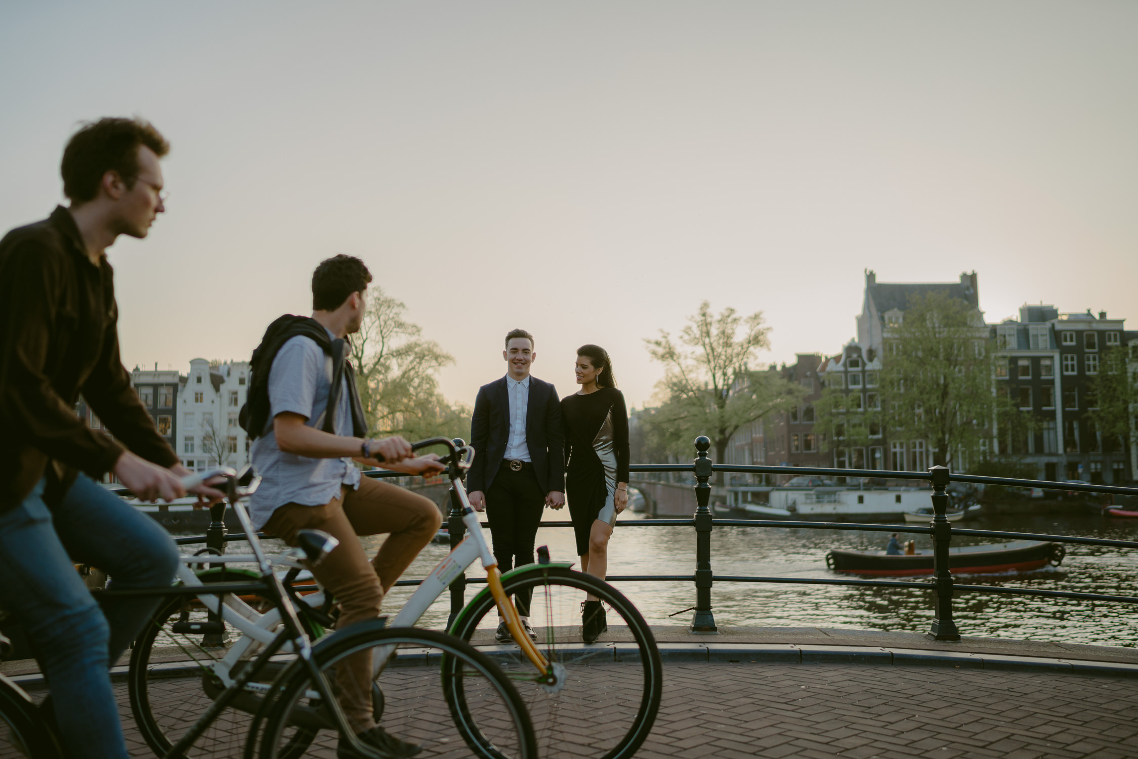 bruidsfotografie amsterdam engagement shoot cyclists going by