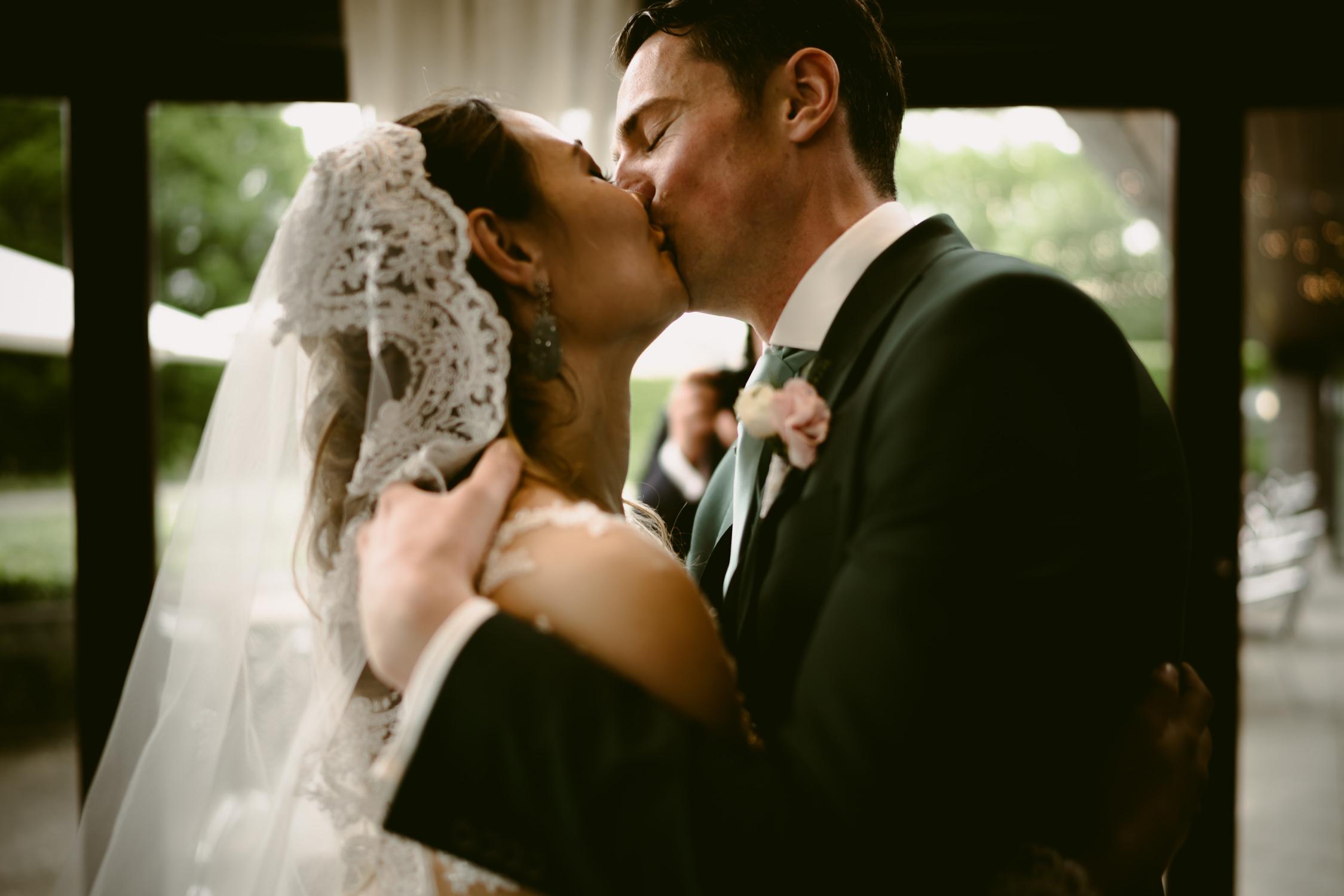 wedding photographer amsterdam rosarium cermony kiss