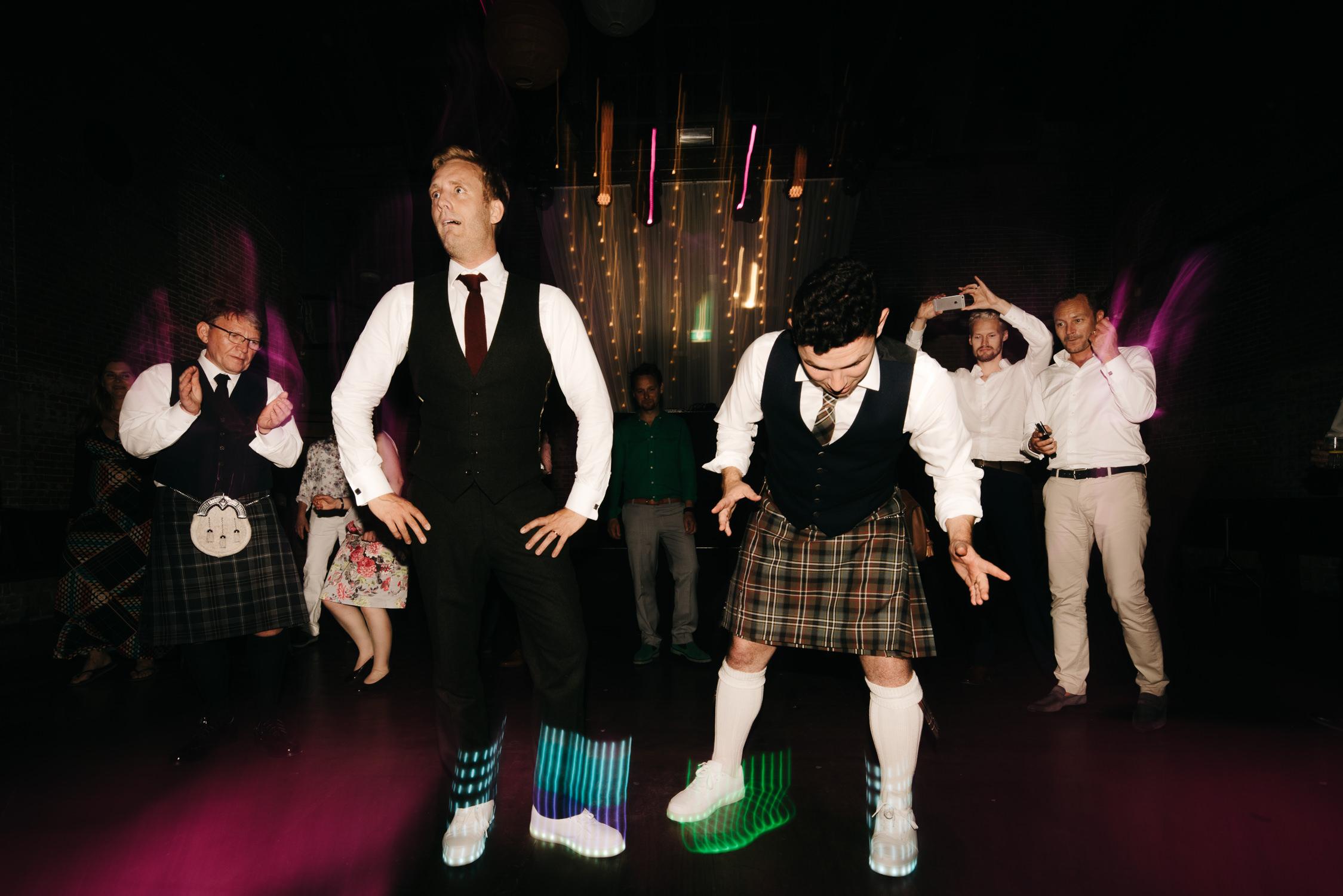 bruidsfotografie amsterdam feest en dansen bruidspaar