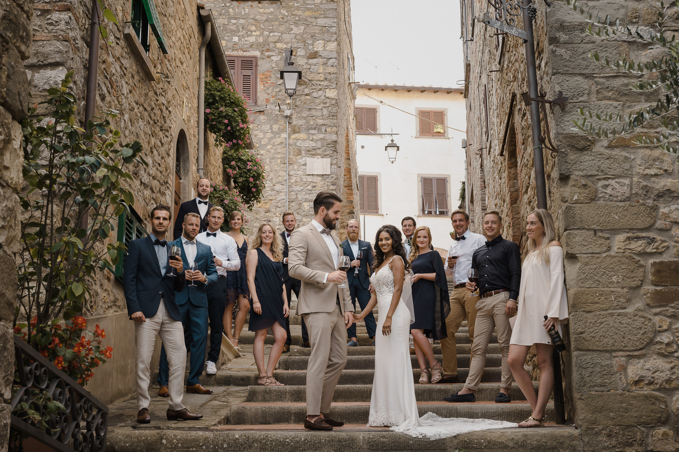 destination wedding tuscany by mark hadden amsterdam wedding photographer, bridal party group shot