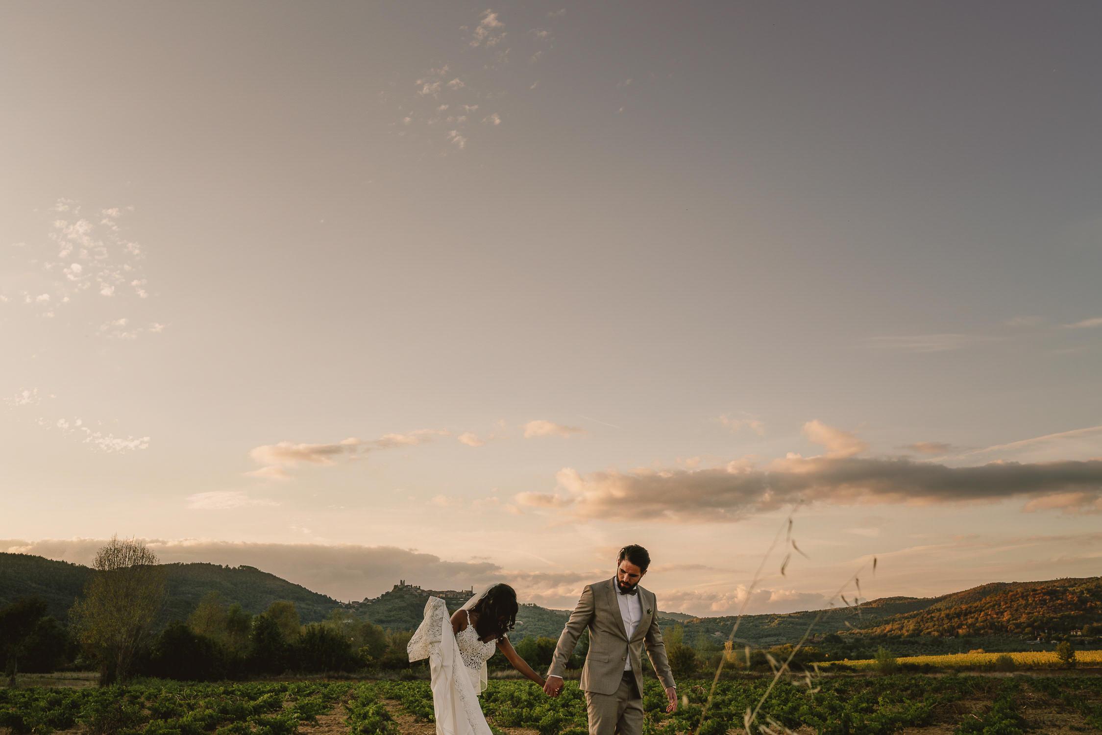 fantastisch bruidsfotografie amsterdam - destination wedding tuscany - bruidspaar in het landschaap